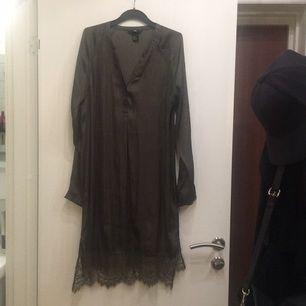 Fin sidenklänning från hm med spets