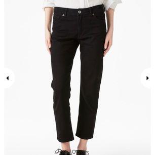 Säljer mina monokomi jeans från monki, så jag aldrig får använd dom. Jag brukar 25 i jeans, men köpte dessa för att få dom lite baggy. Så vill passa alt från 25-27 :)