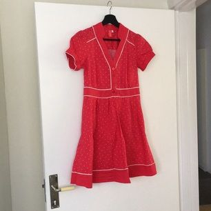 Jättesöt kort prickig röd bomullsklänning från MQ märke 365 Sunshine. Använd 1 gång, som ny