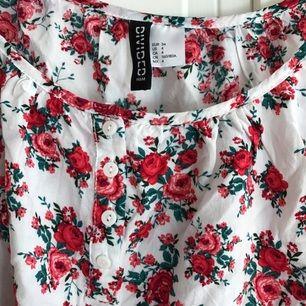 Jätte gulligt blommigt linne från hm aldrig använt
