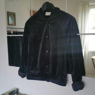 svart sammet bomber från vero moda