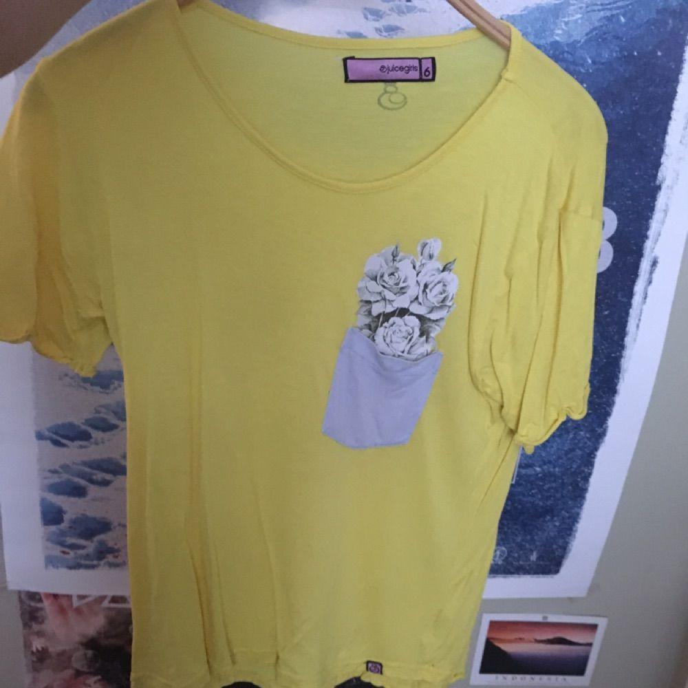 9759fe15340 gul T-shirt købt i Indonesien. har en lomme med blomster indeni.. ...