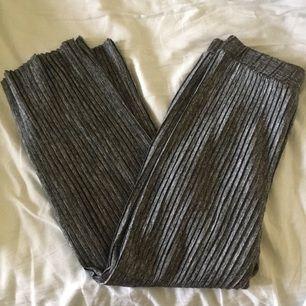 Riktigt sköna pläterade vida byxor i polyester från monki. Använd fåtal gånger.    Köpare står för eventuell frakt.