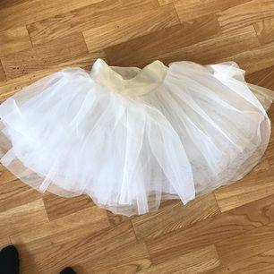 Riktig baletttutu, köpt från dance and gymshop på gamla Brogatan! Köpte fel storlek och säljer nu denna! Köpt för 400 kr. Kan mötas upp i centrala Stockholm eller frakta!