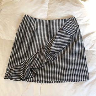 HELT NY!! Världens sötaste kjol från HM med en volang snett framifrån. Nypris 249kr. Frakt tillkommer:)