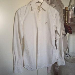 Vit Ralph Lauren skjorta, använd 1 gång (nyskick).