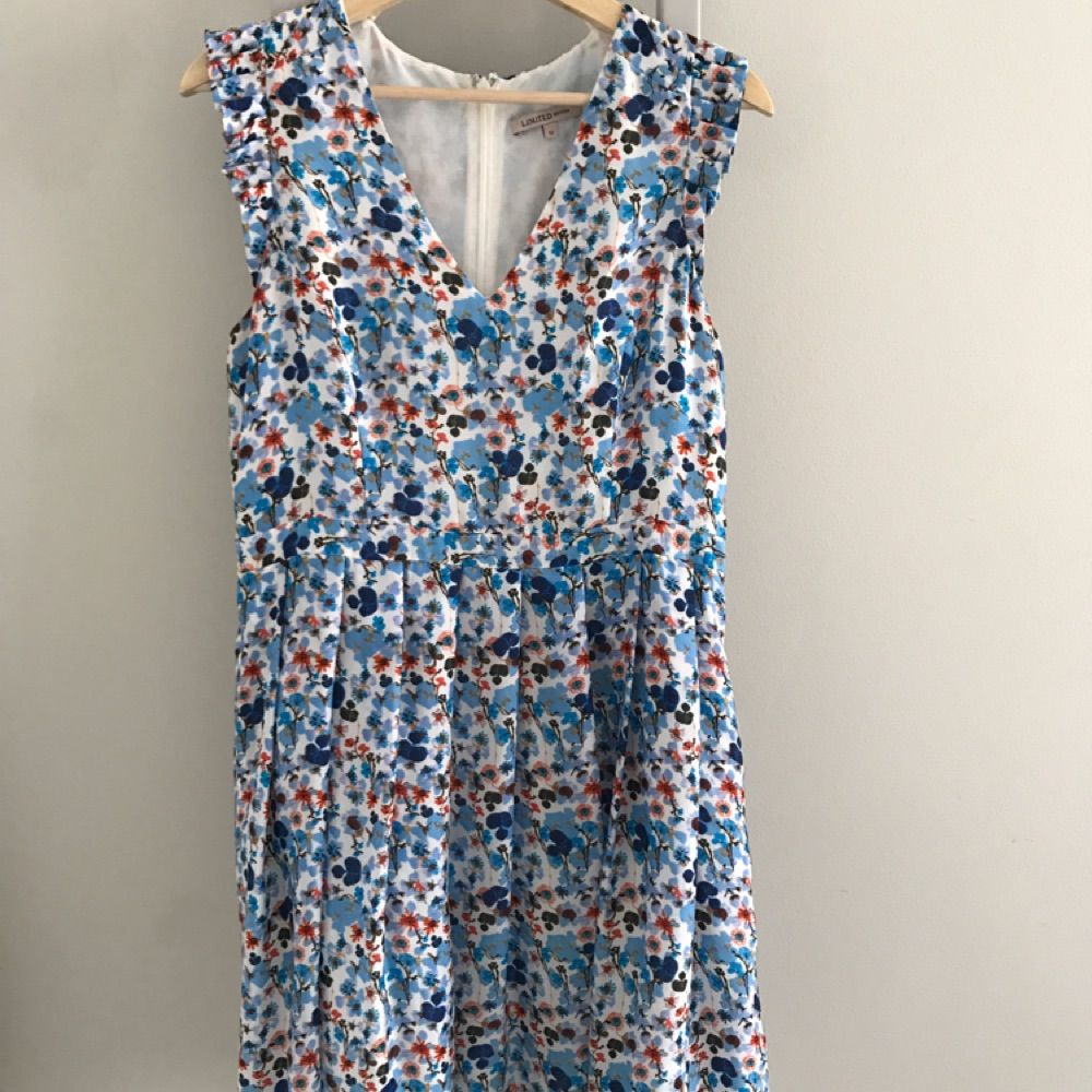 Bought in London. Pretty a-line dress with zip at the back. Very flattering waist line. I'm 165cm tall and the dress sits on my knees. Klänningar.