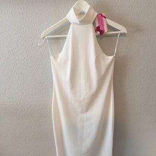 Jättefin vit klänning från Signature. Passar xs-m då det är stretch.