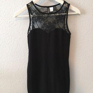 Svart klänning med fin spets upptill
