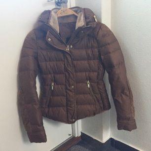 Varm och skön jacka från Zara, sparsamt använd och har en väldigt fin passform
