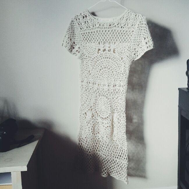 d1e07505f3f9 Så snygg cremefärgad virkad klänning från Zara. Är snygg med hudfärgad, ...