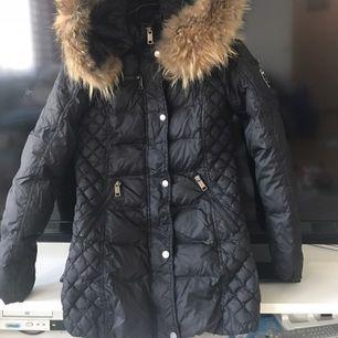 Rock n blue jacka i storlek 34. Köptes i vintras & är mycket lite använd, så i perfekt skick! 2500 är sista pris! 💋