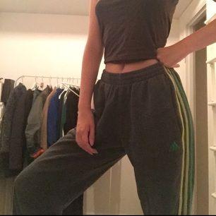 Adidas byxor med gröna sträck. De är använda men inget som ses på utsidan av byxorna