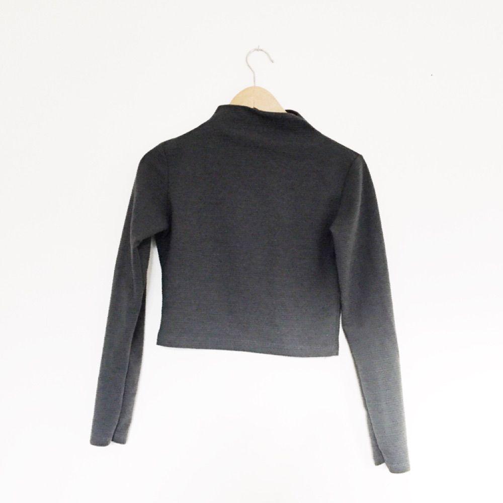 Mörkgrå långärmad tröja med snygg polokrage! Fint skick!. Toppar.