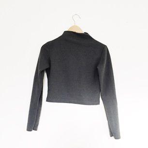 Mörkgrå långärmad tröja med snygg polokrage! Fint skick!