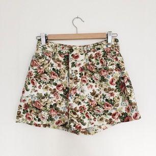 Jättefina höga shorts med blommigt mönster!