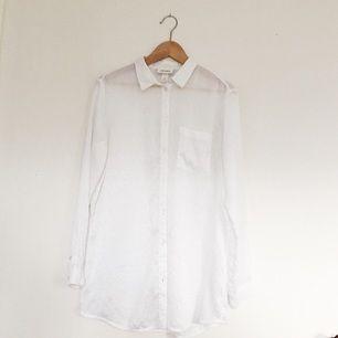 Fin transparent skjorta från Monki i tunt material!