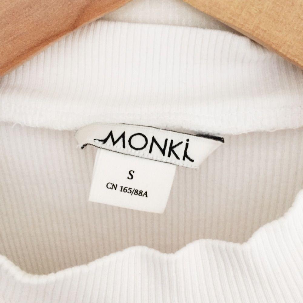 Vit kortärmad polotröja från Monki, fint skick!. T-shirts.