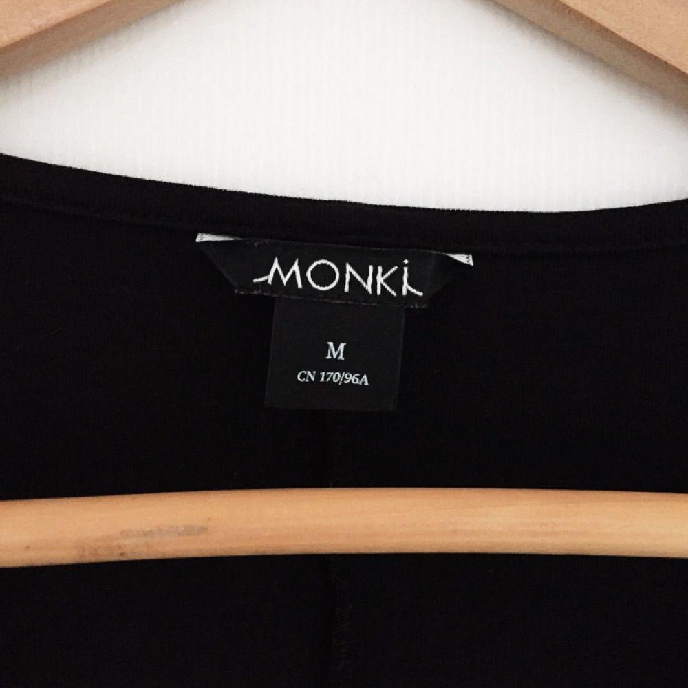 Kort långärmad tröja från Monki med väldigt djup urringning!. Toppar.