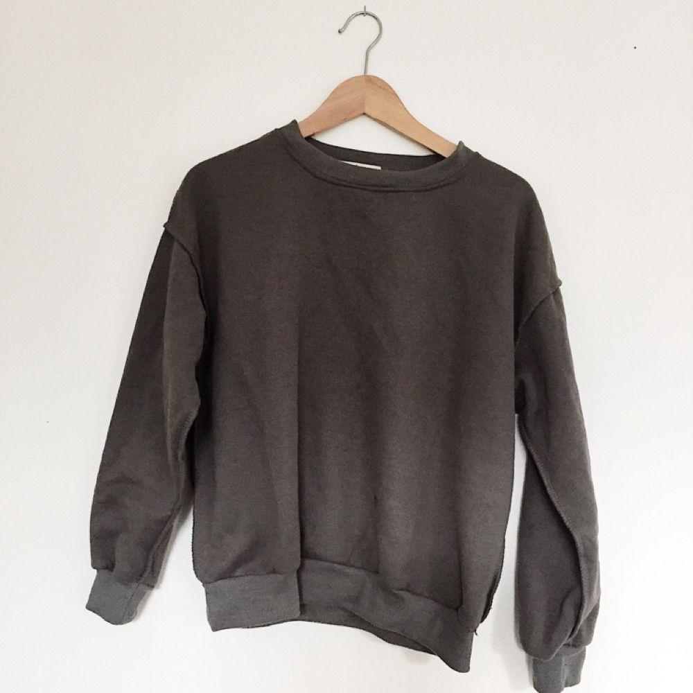 Mörkgrå sweatshirt. Knappt använd!. Huvtröjor & Träningströjor.