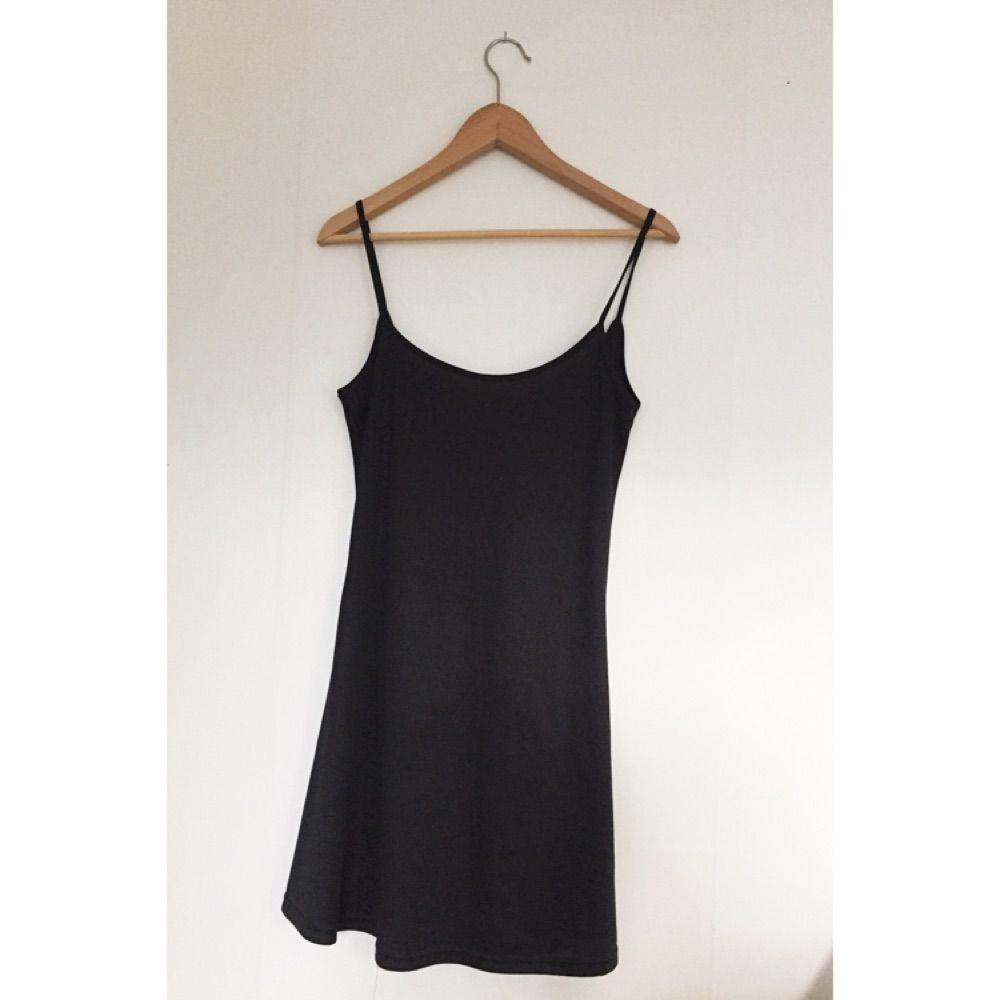 Fin svart klänning med tunna band. Köpt på humana. Lite djupare i ryggen!. Klänningar.