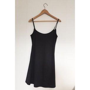 Fin svart klänning med tunna band. Köpt på humana. Lite djupare i ryggen!