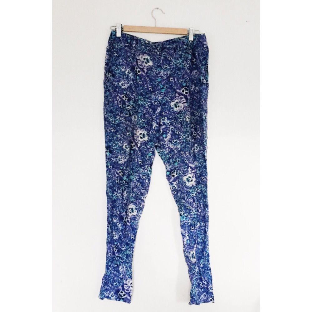 Mjuka sköna byxor från Monki i fint blommigt tyg.. Jeans & Byxor.