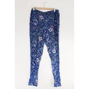 Mjuka sköna byxor från Monki i fint blommigt tyg.
