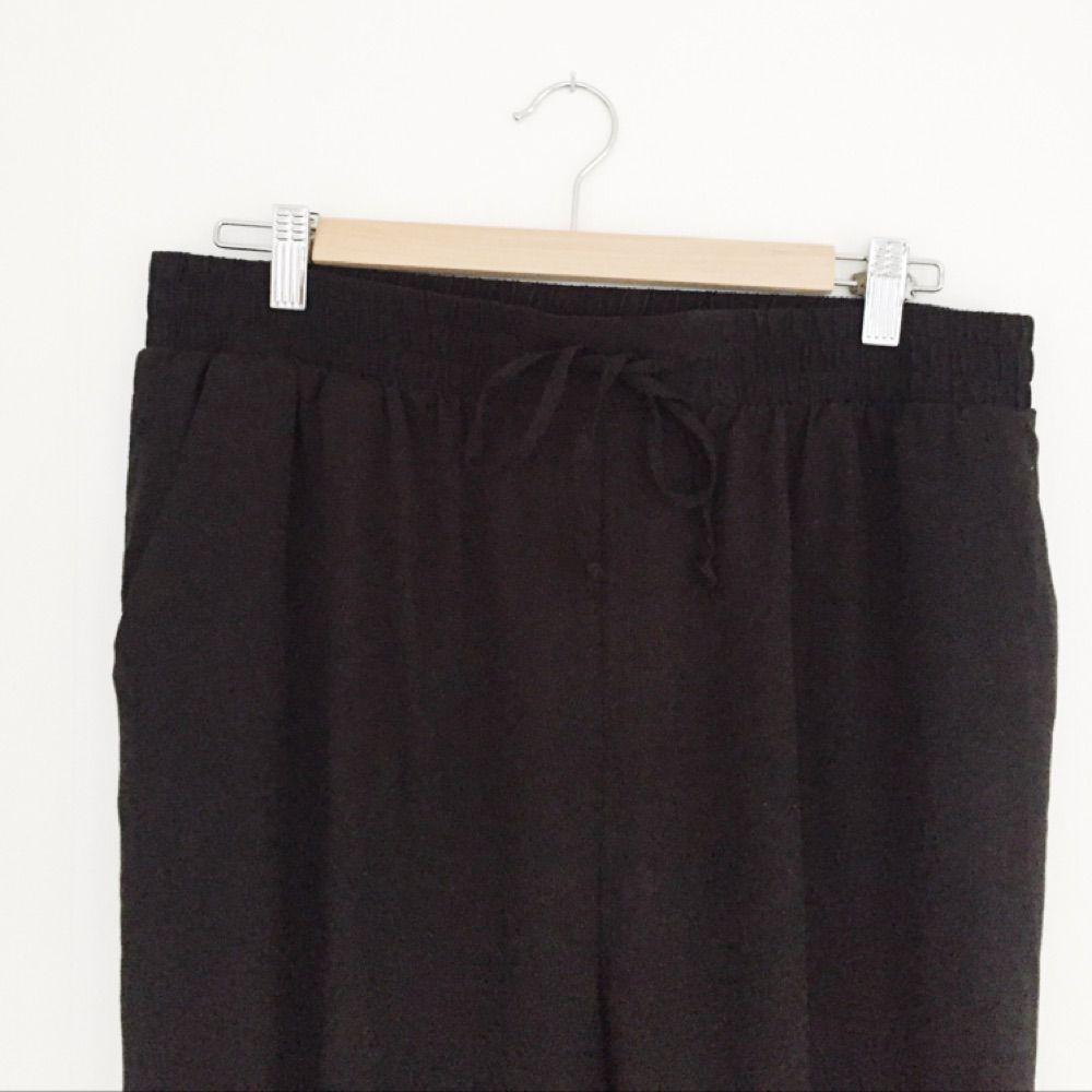 Mjuka sköna byxor från Monki, snöre i midjan. Fint skick!. Jeans & Byxor.