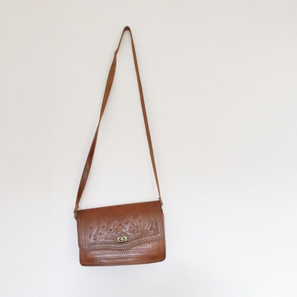 Liten handväska i fejkskinn. Väskor.