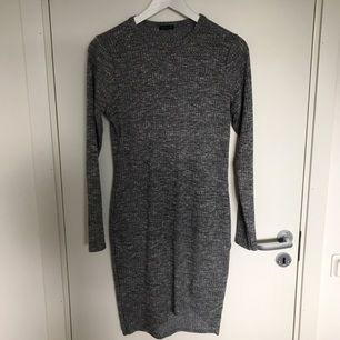 Jättefin fodralklänning från River Island. Storlek 14, motsvarar storlek 38.  Köparen står för frakten :)