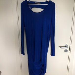 Jättefin klarblå klänning med djup rygg. Passar perfekt till vardags eller fest!  Köparen står för frakten :)