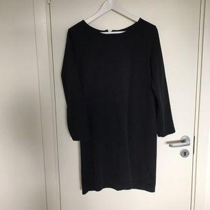 Jättefin svart klänning med dragkedja i ryggen. En utmärkt