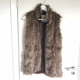 Supersnygg fejk-päls att bära till jackan,topp eller Cardigans. Passar perfekt nu till hösten :)  Köparen står för frakten :)