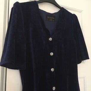 Blå sammetsklänning med fina knappar. Köpt second hand