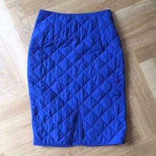 Blå kjol från Monki. Aldrig använd. Prislapp sitter kvar.