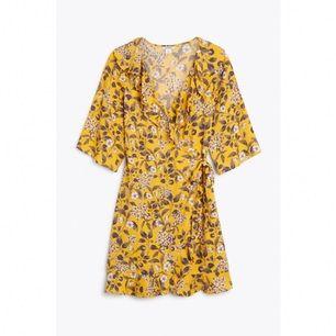 Säljer min hypade gula wrap around klänning från Monki! Har helt enkelt för stora bröst (tvingas inse detta). Den är otroligt sparsamt använd pga inte passet mig riktigt. Hur härlig som helst till hösten!