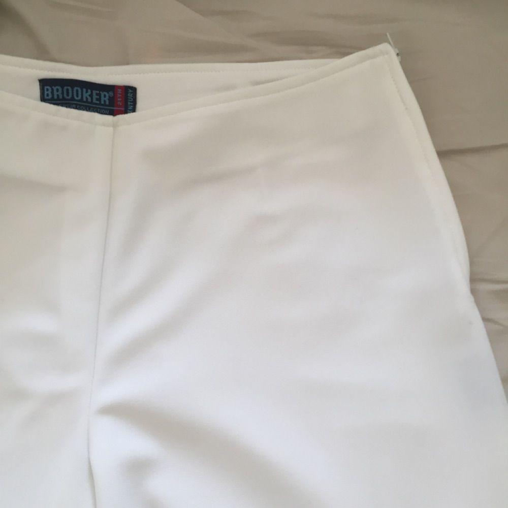vita byxor med dragkedja