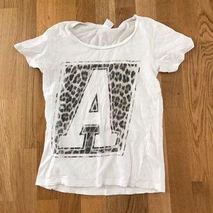 Snygg T-shirt knappt använd