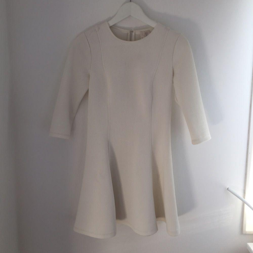 Vit kort klänning i tjockare tyg - Forever 21 Klänningar - Second Hand 3f0b337dcf42b