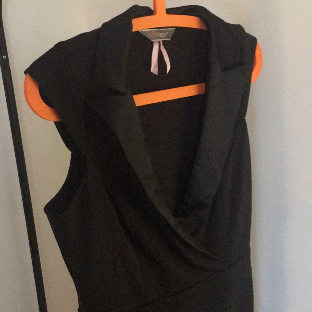 bdc4ae49b71b Svart kostym aktig klänning köpt på Nelly, sparsamt använd. Klänningar.