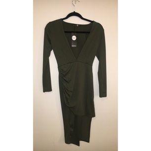 Bodycon dress i olivgrön, säljs pga fel strl.