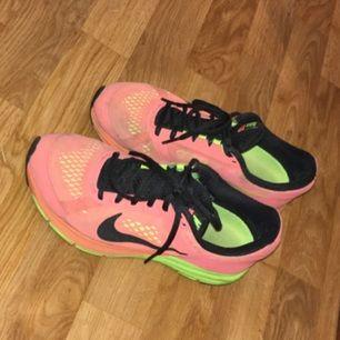 Färgstarka skor från Nike, kommer inte till användning, bra i skick!