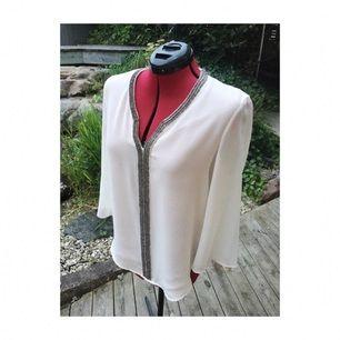 Snygg naturvit blus från Zara med granitgråa pärlor broderade kring halsen!  (Använd fåtal gånger)
