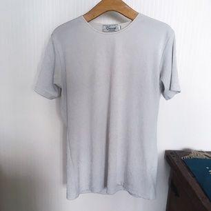 T-shirt med paisley-mönster, köpt second hand