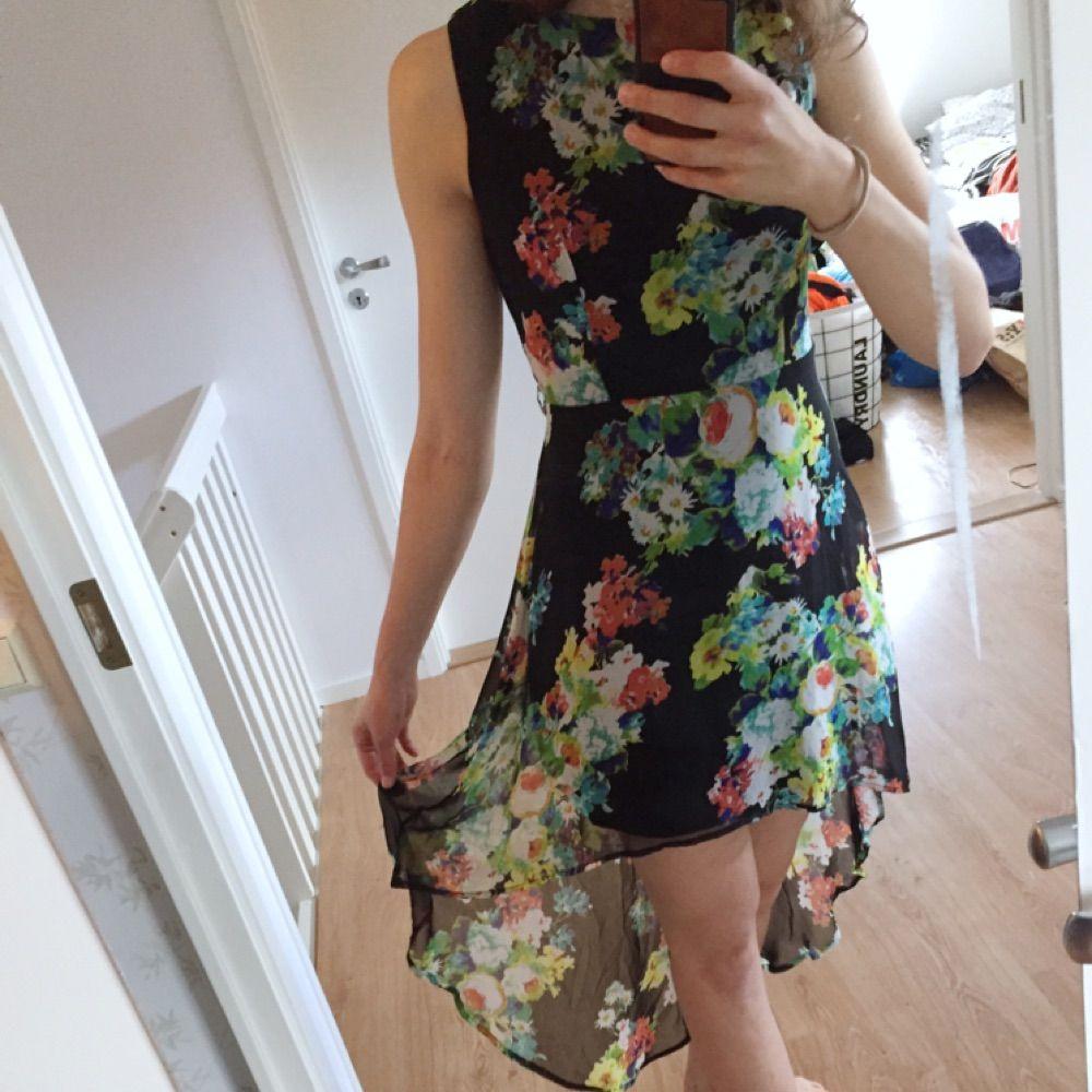Blommig klänning med längre släp i bak. Köpt på Forever21 i USA. Använd ett fåtal gånger. . Klänningar.