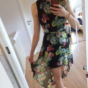Blommig klänning med längre släp i bak. Köpt på Forever21 i USA. Använd ett fåtal gånger.