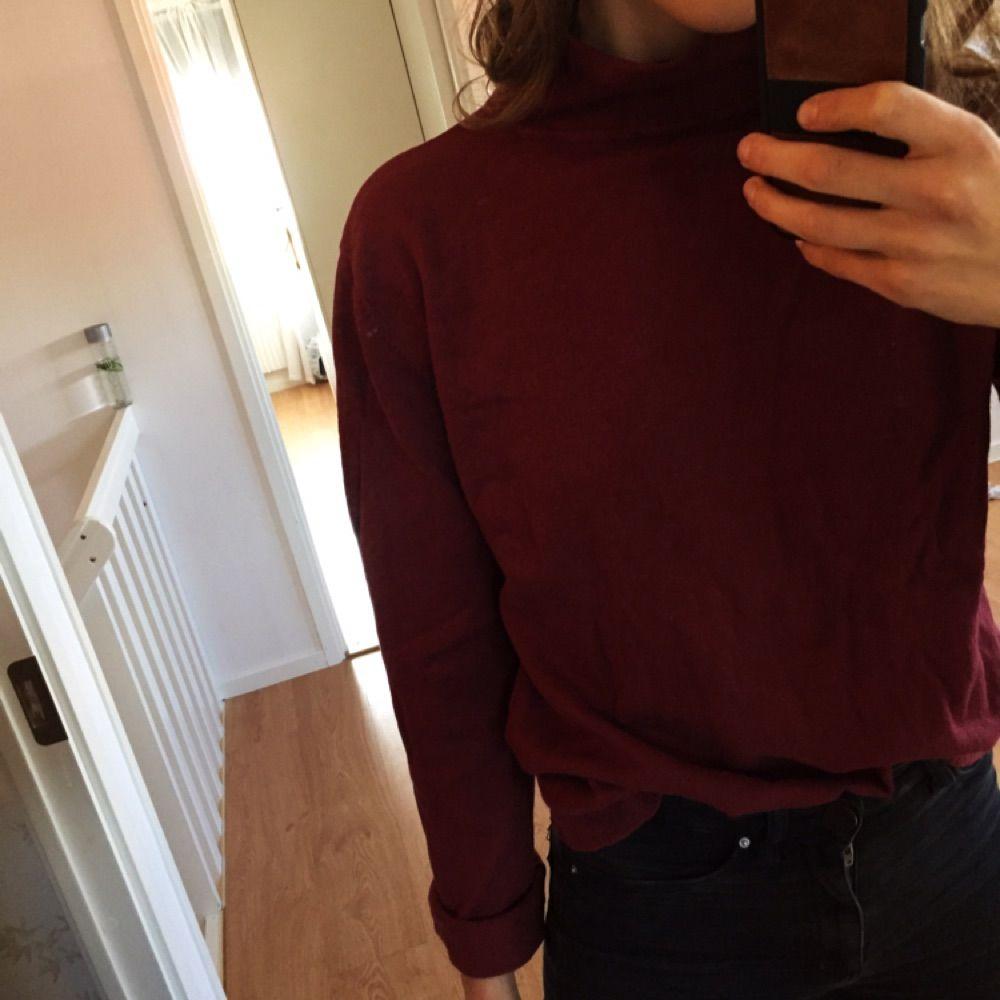 Vinröd oversizepolo från Filippa K. Supersnygg att kombinera med svarta jeans och svart kofta/ svart bomber ovanpå. . Stickat.