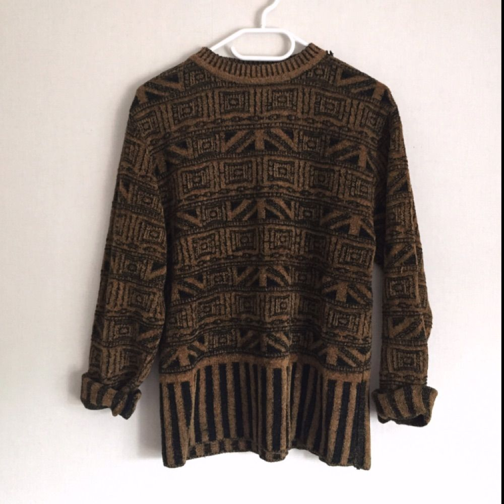 Stickad tröja med ett mönster som ger en spännande vintage känsla som påminner om Egypten. Otroligt charmig.  Har dock ett litet hål uppe i halsen men det går lätt att fixa. . Stickat.