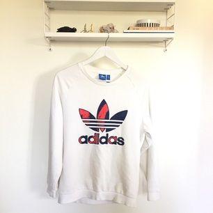 Adidas sweater 👟 Stor i storleken men tröjmodellen ska vara nog vara lite oversize